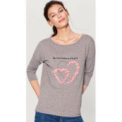 Dzianinowy sweter z aplikacją - Szary. Szare swetry klasyczne damskie marki Mohito, l, z dzianiny. W wyprzedaży za 59,99 zł.