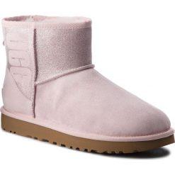 Buty UGG - W Classic Mini Ugg Sparkle 1098452  W/Slpn. Czerwone buty zimowe damskie Ugg, ze skóry. Za 879,00 zł.