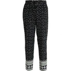 Vince Camuto FAN GEO TIE WAIST PRINTED PULL ON PANTS Spodnie materiałowe rich black. Czarne spodnie z wysokim stanem Vince Camuto, z materiału. Za 419,00 zł.