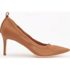 Czółenka na wysokim obcasie - Brązowy. Białe buty ślubne damskie marki Reserved, na wysokim obcasie. Za 139,99 zł.