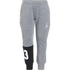 Jordan PLAY IN  Spodnie treningowe dark grey heather. Szare spodnie dresowe dziewczęce Jordan, z elastanu. W wyprzedaży za 153,30 zł.