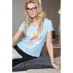 T-shirt z nadrukiem niebieski. Niebieskie t-shirty damskie Fasardi, z nadrukiem. Za 10,90 zł.