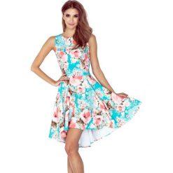Sukienki: Cameron Sukienka z dłuższym tyłem – KWIATY BRZOSKWINIOWE NA NIEBIESKIM TLE