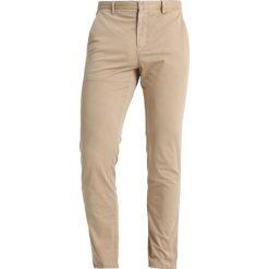 Calvin Klein PARKER LIGHTWEIGHT Chinosy beige. Pomarańczowe chinosy męskie marki Calvin Klein, l, z bawełny, z okrągłym kołnierzem. Za 449,00 zł.