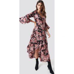 Glamorous Kopertowa sukienka maxi z nadrukiem - Pink. Różowe długie sukienki marki Glamorous, z nadrukiem, z asymetrycznym kołnierzem, asymetryczne. Za 202,95 zł.