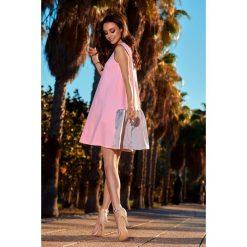 Trapezowa sukienka z satynową falbaną  pudrowy róż-jasnoszary NINA. Czerwone sukienki dresowe marki Lemoniade, do pracy, na lato, s, biznesowe, trapezowe. Za 159,90 zł.