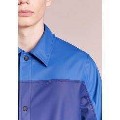 PS by Paul Smith MENS COACH MAC Krótki płaszcz blue. Niebieskie prochowce męskie marki PS by Paul Smith, l, z materiału. W wyprzedaży za 479,60 zł.