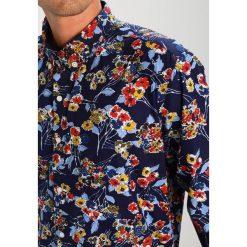 Koszule męskie na spinki: Knowledge Cotton Apparel ALLOVER FLOWER Koszula peacoat