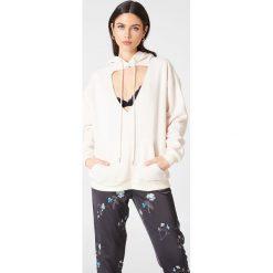Glamorous Bluza z kapturem i wycięciem - Nude. Różowe bluzy z kapturem damskie marki Glamorous, z nadrukiem, z asymetrycznym kołnierzem, asymetryczne. W wyprzedaży za 90,98 zł.