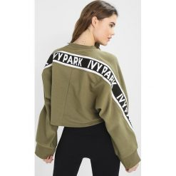 Bluzy rozpinane damskie: Ivy Park LOGO TAPE CROP CREW  Bluza moss