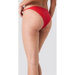 J&K Swim X NA-KD Dół bikini z okrągłym detalem - Red. Czerwone bikini marki DOMYOS, z elastanu. Za 52,95 zł.