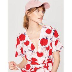 Welurowa czapka z daszkiem - Różowy. Czerwone czapki damskie Mohito, z weluru. W wyprzedaży za 34,99 zł.