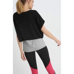 Koszulka sportowa z metalicznym nadrukiem. Brązowe bluzki sportowe damskie marki Orsay, s, z dzianiny. Za 59,99 zł.