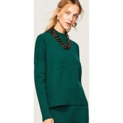 Dzianinowy sweter ze stójką - Zielony. Zielone swetry klasyczne damskie Reserved, l, z dzianiny, ze stójką. Za 99,99 zł.