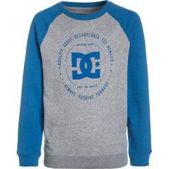 DC Shoes REBUILT CREW RAGLAN BY Bluza campanula/grey heather. Czarne bluzy chłopięce marki DC Shoes, z bawełny. W wyprzedaży za 197,10 zł.
