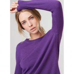 Kaszmirowy sweter w kolorze fioletowym. Fioletowe swetry klasyczne damskie marki Rodier, z dzianiny, z okrągłym kołnierzem. W wyprzedaży za 391,95 zł.