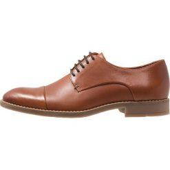 Bianco CLASSIC DERBY Eleganckie buty cognac. Brązowe buty wizytowe męskie marki Bianco, z materiału, na sznurówki. Za 419,00 zł.