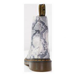 Botki damskie lity: Dr. Martens PASCAL SNAKE 8 EYE BOOT ASCIANO Botki sznurowane light grey