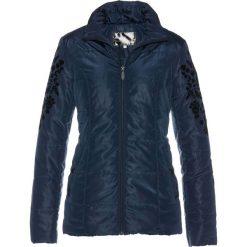 Kurtka pikowana z aksamitnym nadrukiem bonprix ciemnoniebieski. Niebieskie kurtki damskie pikowane marki bonprix, z nadrukiem. Za 99,99 zł.