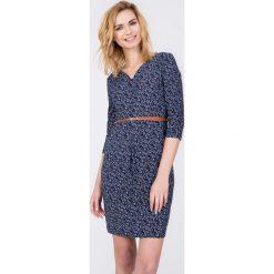 Granatowa sukienka ze wzorem z cienkim paskiem QUIOSQUE. Szare sukienki dzianinowe QUIOSQUE, na co dzień, s, rozkloszowane. W wyprzedaży za 59,99 zł.