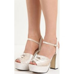 Beżowe Sandały Ambrosia. Brązowe sandały damskie na słupku marki Reserved. Za 69,99 zł.