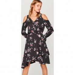 Sukienka open shoulder Gold Label - Wielobarwn. Szare sukienki marki Mohito. W wyprzedaży za 139,99 zł.