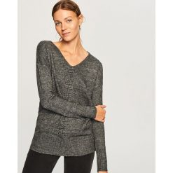 Sweter z dekoltem w serek - Szary. Szare swetry klasyczne damskie Reserved, l, z dekoltem w serek. Za 79,99 zł.