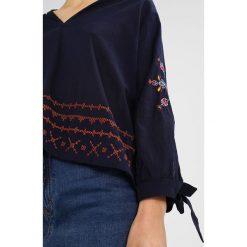 Sundry Bluzka navy. Niebieskie bluzki damskie Sundry, xs, z bawełny. W wyprzedaży za 373,45 zł.