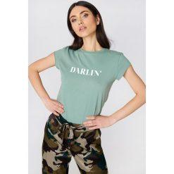 NA-KD T-shirt Darlin' - Green. Zielone t-shirty damskie NA-KD, z napisami, z bawełny, z okrągłym kołnierzem. Za 60,95 zł.