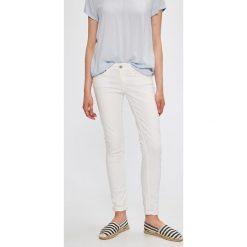 Tommy Jeans - Jeansy Sophie. Białe jeansy damskie marki Tommy Jeans, z obniżonym stanem. W wyprzedaży za 299,90 zł.