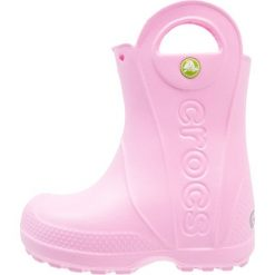 Crocs HANDLE IT RAIN BOOT KIDS Kalosze carnation. Różowe buty zimowe damskie marki Crocs, z materiału. Za 129,00 zł.