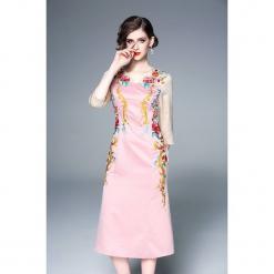 Sukienka w kolorze różowym ze wzorem. Czerwone sukienki na komunię marki Zeraco, z dekoltem na plecach, midi, proste. W wyprzedaży za 339,95 zł.