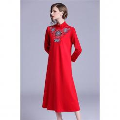 Sukienka w kolorze czerwonym. Czerwone sukienki marki Zeraco, ze stójką, midi, proste. W wyprzedaży za 379,95 zł.