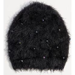 Czapka z perłami syntetycznymi - Czarny. Czarne czapki zimowe damskie Mohito, z syntetyku. Za 39,99 zł.