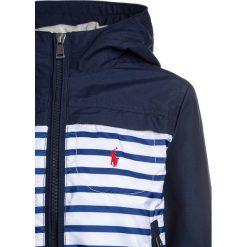 Polo Ralph Lauren FAILLE BENTON Kurtka przejściowa cruise navy. Niebieskie kurtki chłopięce przejściowe marki Polo Ralph Lauren, z bawełny. Za 459,00 zł.