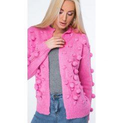 Sweter z pomponami ciemnoróżowy MISC232. Czerwone swetry rozpinane damskie Fasardi. Za 119,00 zł.