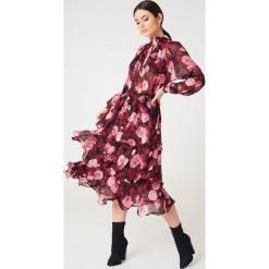 NA-KD Boho Sukienka midi ze stójką - Red,Multicolor. Niebieskie sukienki boho marki NA-KD Boho, na imprezę, w koronkowe wzory, z koronki, na ramiączkach, mini. Za 202,95 zł.
