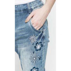 Desigual - Jeansy Brazzaville. Niebieskie boyfriendy damskie marki Desigual, z bawełny. W wyprzedaży za 359,90 zł.