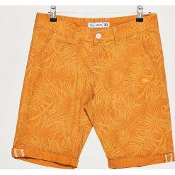Szorty z podwiniętą nogawką - Pomarańczowy. Czerwone szorty męskie marki Cropp. W wyprzedaży za 39,99 zł.