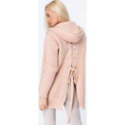 Sweter z warkoczowym wiązaniem łososiowy MISC004. Białe kardigany damskie marki Fasardi, l. Za 129,00 zł.
