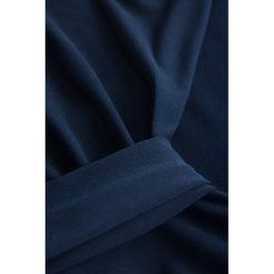 Koszulka z zakładką na dekolcie. Niebieskie apaszki damskie marki Reserved, w paski. Za 59,99 zł.