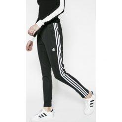 Adidas Originals - Spodnie. Szare spodnie sportowe damskie marki adidas Originals, na co dzień, z nadrukiem, z bawełny, casualowe, z okrągłym kołnierzem, proste. Za 249,90 zł.