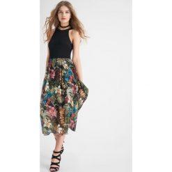 Sukienki hiszpanki: Sukienka z dołem w kwiaty