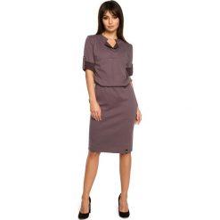BRIANA Sukienka ze stójką i plisą w dekolcie - brązowa. Brązowe sukienki dzianinowe BE, do pracy, l, biznesowe, ze stójką, oversize. Za 159,90 zł.