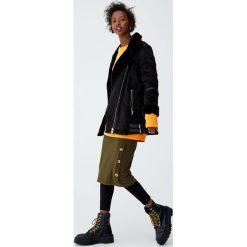 Prążkowana spódnica midi z guzikami z boku. Brązowe spódniczki dzianinowe marki Pull&Bear, midi. Za 69,90 zł.