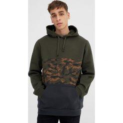 Bluzy męskie: Bluza z kapturem i panelem w moro