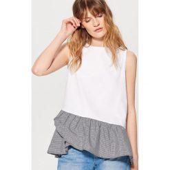 Bawełniany top z ozdobną falbaną - Kremowy. Białe t-shirty damskie marki Mohito, l, z bawełny. W wyprzedaży za 49,99 zł.