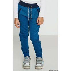 Spodnie chłopięce dresowe. Niebieskie spodnie dresowe dziewczęce Pakamera, z bawełny. Za 79,00 zł.