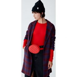 Sweter basic z okrągłym dekoltem. Czerwone swetry klasyczne damskie Pull&Bear, z okrągłym kołnierzem. Za 49,90 zł.