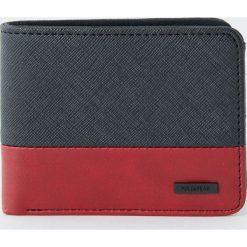 Dwukolorowy czerwony portfel ze sztucznej skóry. Czerwone portfele męskie Pull&Bear, ze skóry. Za 59,90 zł.